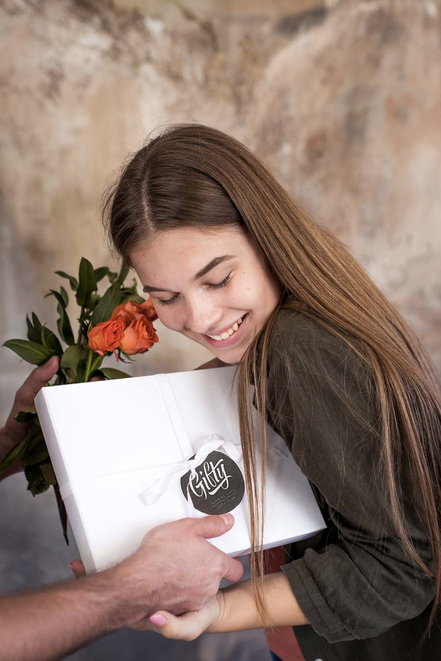 Подарочная коробка на любой праздник с фирменной лентой и гифтегом